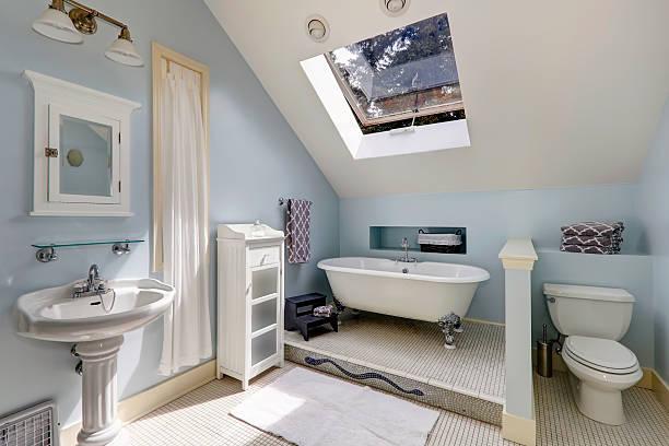 antiken velux badezimmer mit badewanne - hellblaues zimmer stock-fotos und bilder