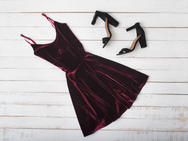 부르고뉴의 벨벳 드레스와 신발 나무 배경 세련 된 개념 - 드레스 뉴스 사진 이미지