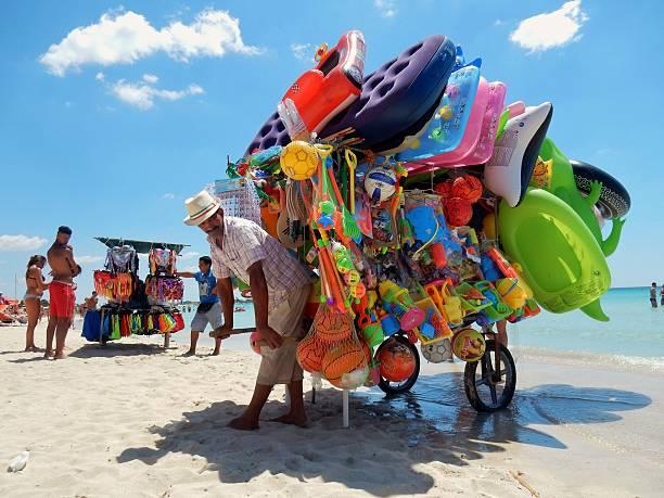 venditori da spiaggia - ambulante foto e immagini stock