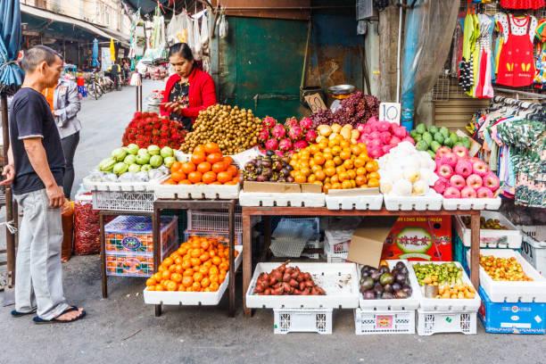 Verkäufer und Kunde am Obststand – Foto