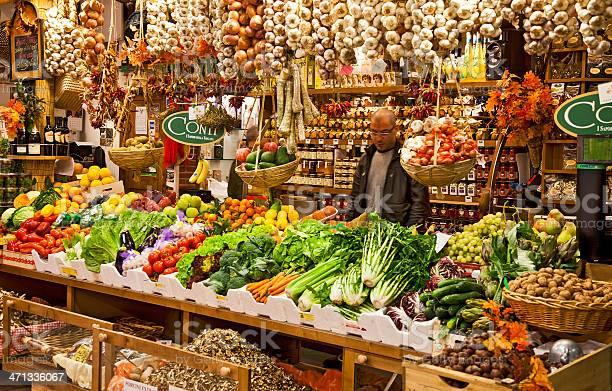 Vendor fruit vegetable stall mercato centrale florence italy picture id471336067?b=1&k=6&m=471336067&s=612x612&h=iztmkwfgcnmuu0aid ay 8l znpq3lcoqffxuoh5pq8=
