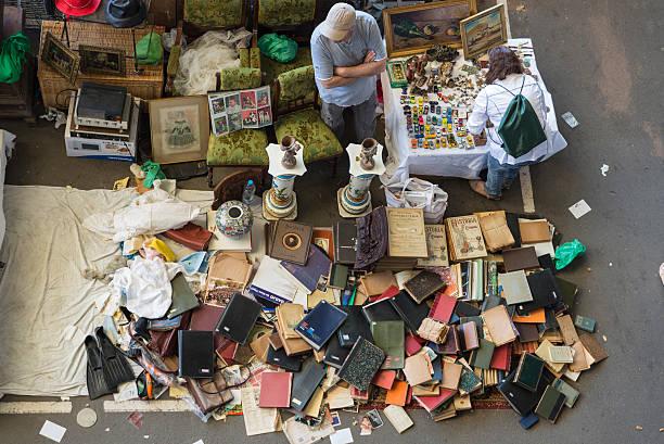 lieferanten in flea market (barcelona, els encants) - gebrauchte bücher verkaufen stock-fotos und bilder