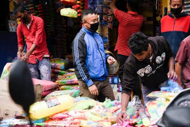 Verkäufer, der farbige Nein-Waren und andere Holi-Artikel verkauft – Foto