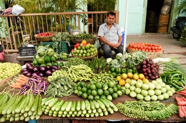 Verkäufer, der Gemüse auf einem Gemüsemarkt verkauft – Foto