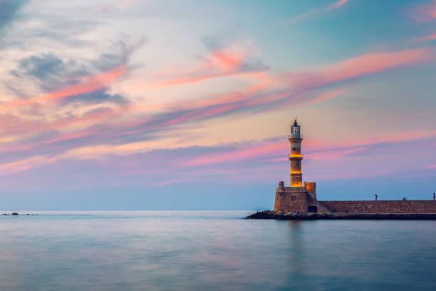 Venezianischer Hafen und Leuchtturm im alten Hafen von Chania bei Sonnenuntergang, Kreta, Griechenland. Alter venezianischer Leuchtturm in Chania, Griechenland. Leuchtturm des alten venezianischen Hafens in Chania, Griechenland. – Foto