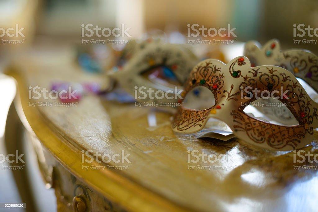 Venetian masks on table foto royalty-free