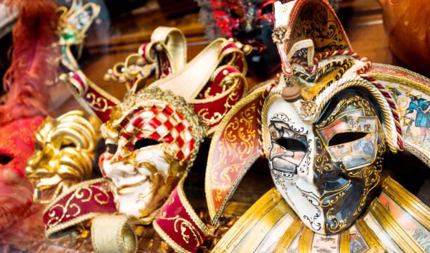 colocar em uma linha de máscaras venezianas - mardi gras - fotografias e filmes do acervo