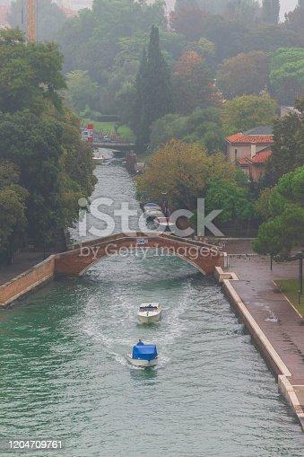 Venezia, Veneto, Italia: Nebbia a prima mattina nel ponte dei giardini sulla laguna di Venezia