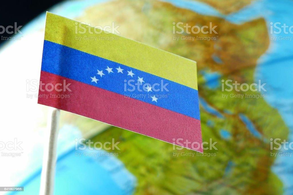 Bandera de Venezuela con un mapa del mundo como una macro de fondo - foto de stock