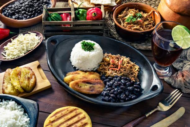 Cuisine traditionnelle vénézuélienne, Pabellon Criollo avec arepas, casabe et papelon à la boisson au citron - Photo