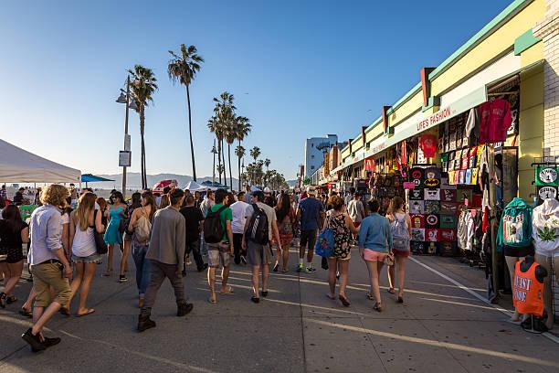 überfüllt boardwalk venice beach, los angeles, kalifornien - venice beach in kalifornien stock-fotos und bilder