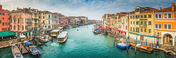 embarcaciones en ocupado de venecia gran canal entre palazzo italia - venecia fotografías e imágenes de stock