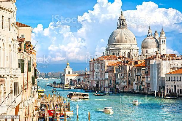 ベニスのカーニバルの祝日中イタリア - アカデミア橋のストックフォトや画像を多数ご用意