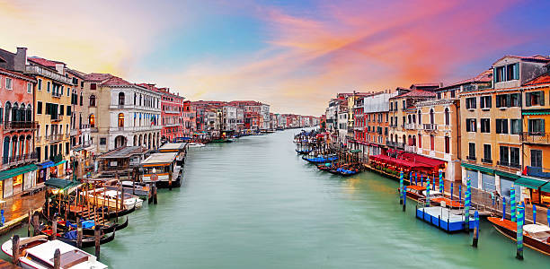 venice grand canal gondolas, at sunset from rialto bridge - venecia fotografías e imágenes de stock
