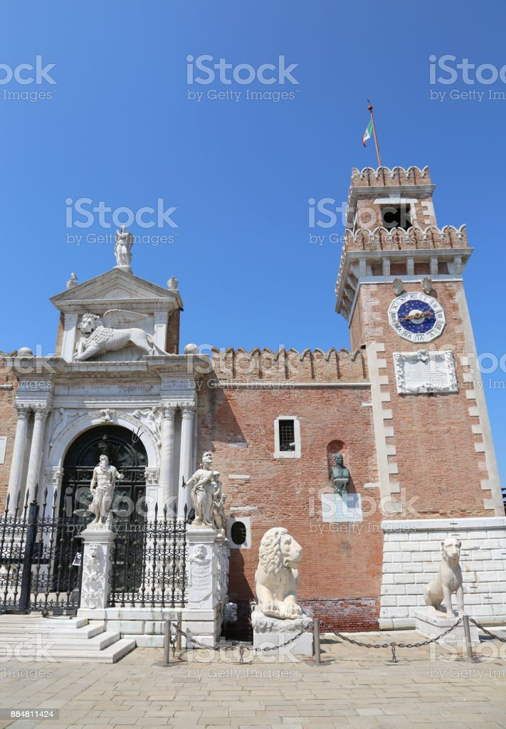 Torre do relógio de Veneza Itália de um antigo palácio chamado Arsenale - foto de acervo