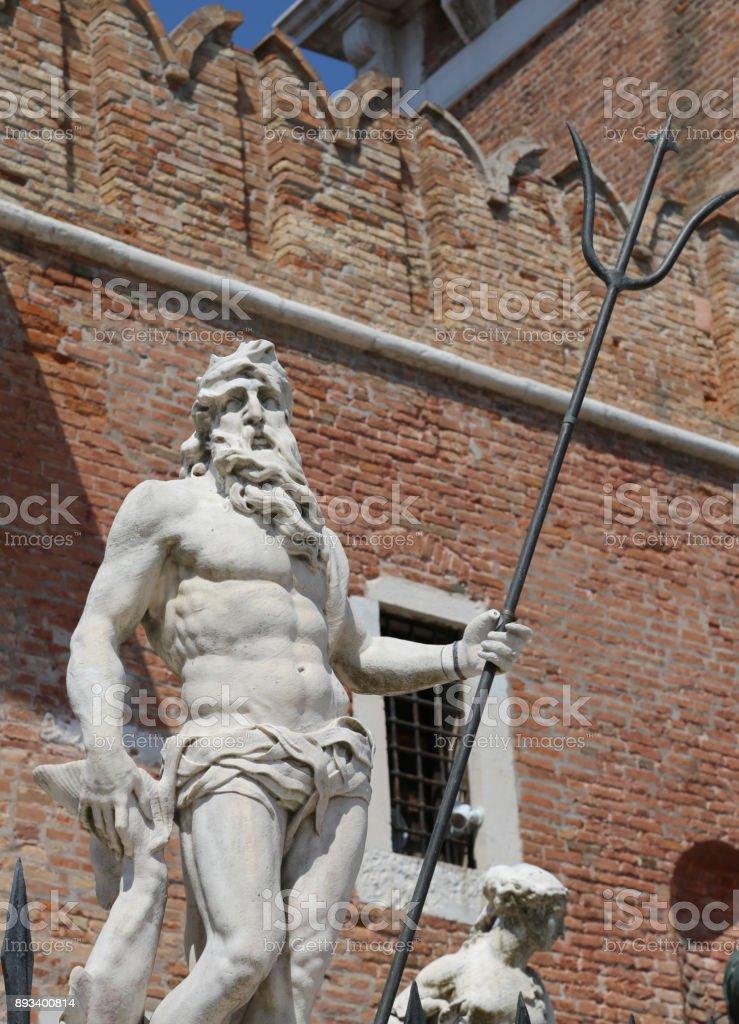 Estátua de Veneza Itália de Netuno com o tridente perto a construç - foto de acervo