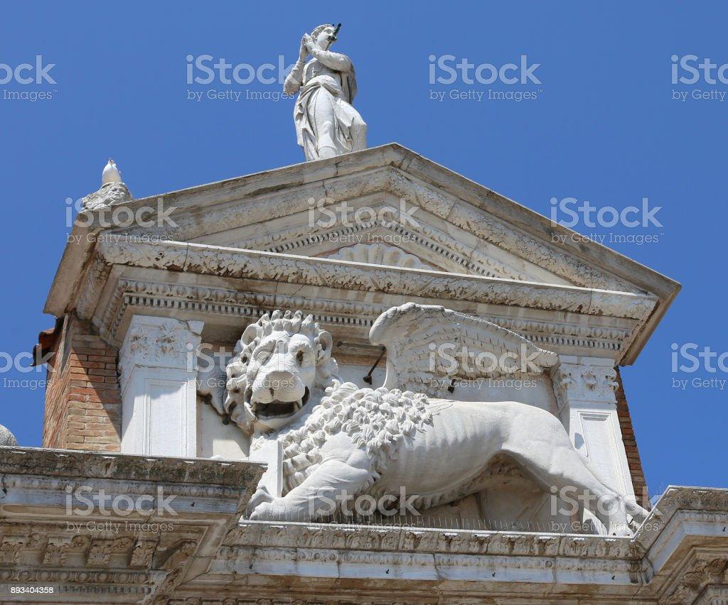Estátua de Veneza Itália de leão alado perto do edifício chamado rabo - foto de acervo