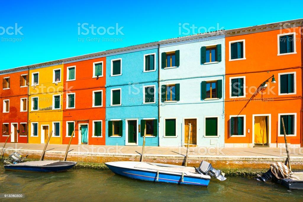 Huizen In Italie : Oriëntatiepunt van venetië burano eiland kanaal kleurrijke huizen