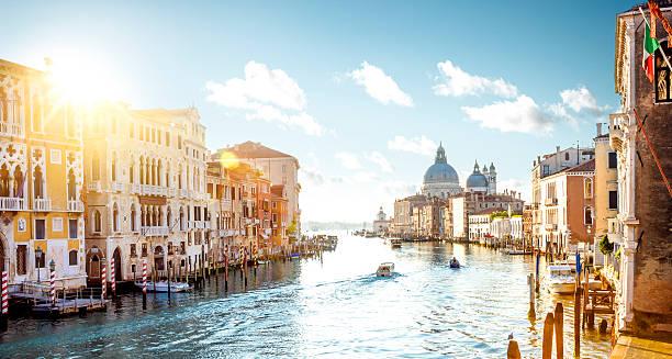 vista desde el puente de la academia en gran canal de venecia - venecia fotografías e imágenes de stock
