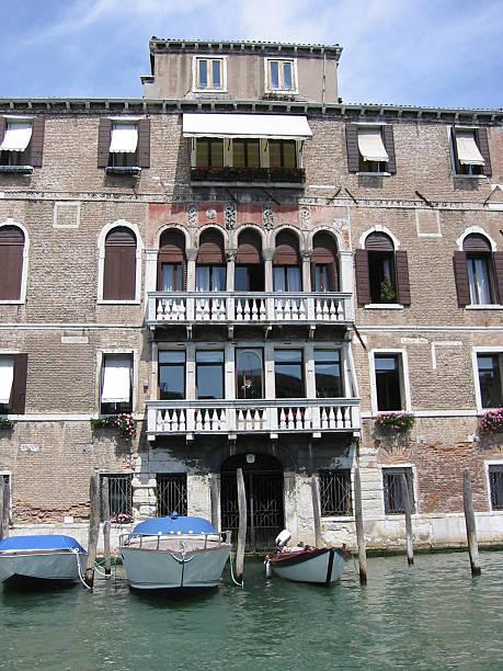 venice palazzo - fsachs78 stockfoto's en -beelden