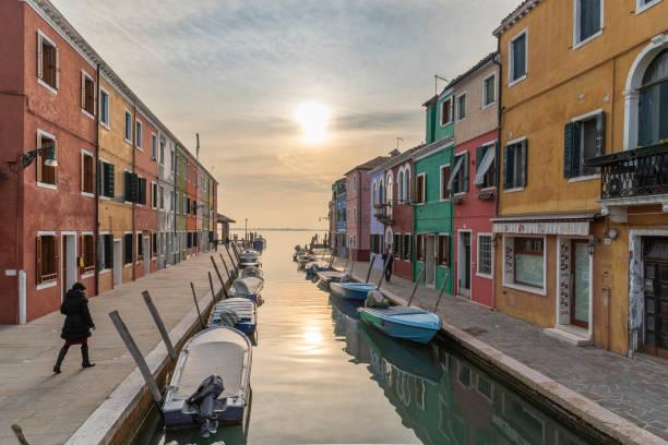 venedig den vackraste staden i världen - walking home sunset street bildbanksfoton och bilder