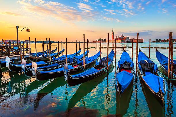 venecia con famosos gondolas en sunrise - venecia fotografías e imágenes de stock