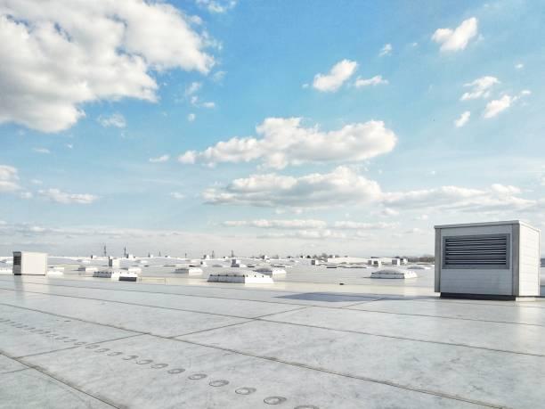 ventilatiesystemen op het dak van het gebouw, technologie - dak stockfoto's en -beelden