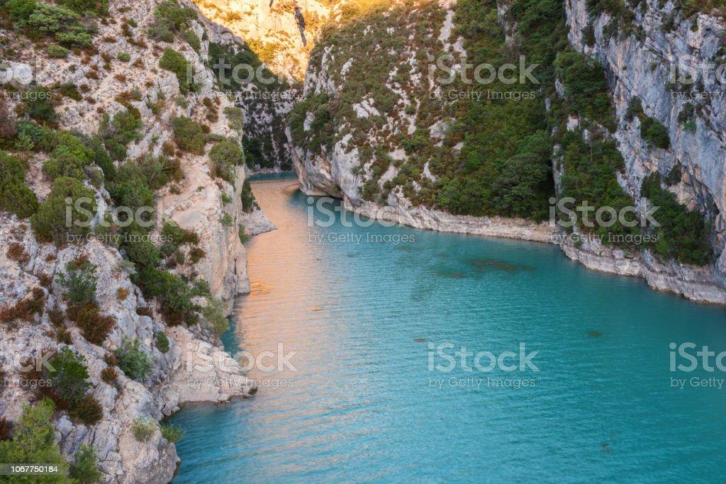 Verdon-Schlucht, beeindruckende Landschaft der berühmten Schlucht mit gewundenen türkis-grüne Farbe, Fluss und hohen Felsen in Alpen, Provence, Frankreich – Foto