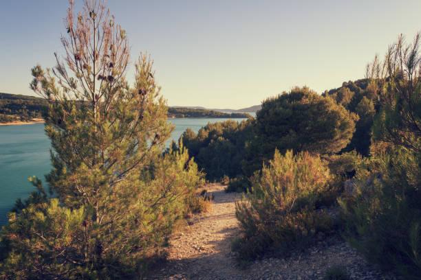 Verdon Schluchten Nationalpark, Landschaft mit See und Fluss in den Alpen, Provence, Frankreich – Foto