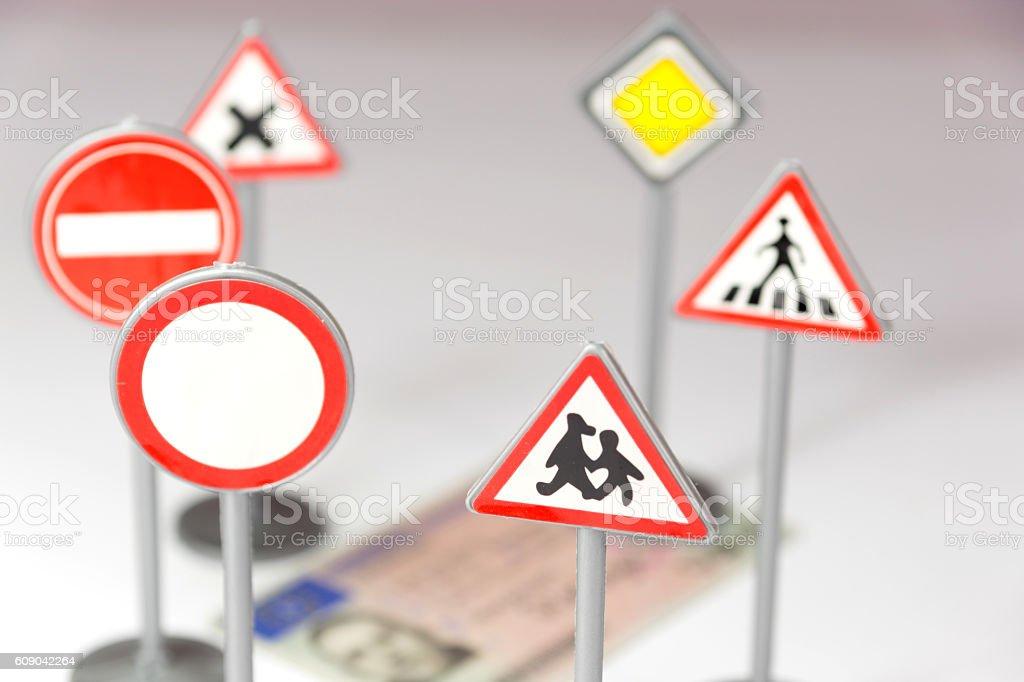 Verkehrsschilder und ein Führerschein stock photo