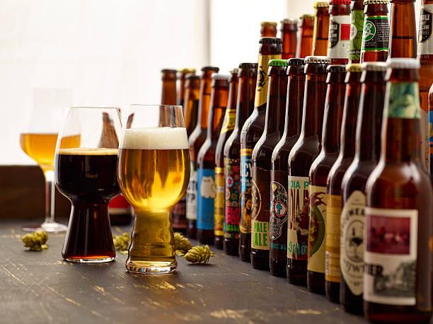Verkostung von europäischen und internationalen Craft Bier Sorten. - foto stock