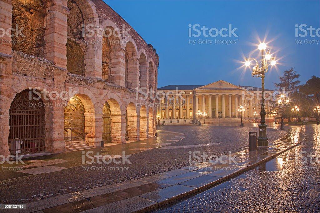 Arena di Verona e Comune di Verona edificio al crepuscolo - foto stock
