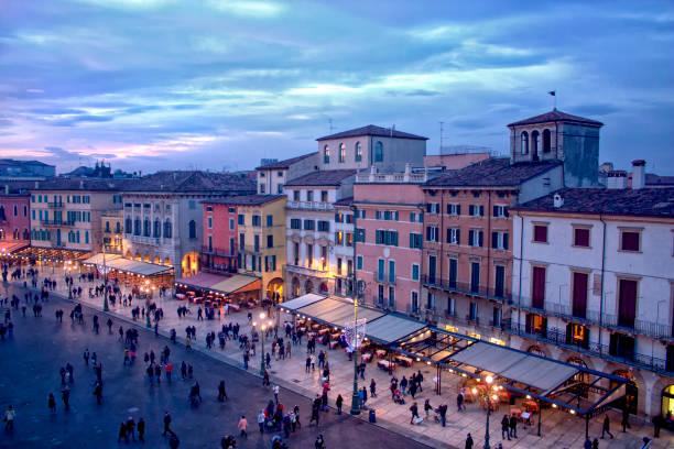 verona-stadt von oben - italienischer weihnachten stock-fotos und bilder