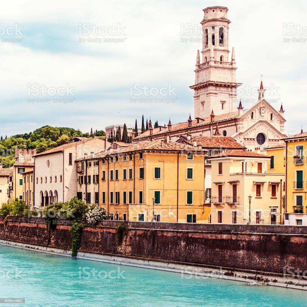 Verona, Italien. Landschaft mit Fluss Etsch und Ponte di Pietra am Sommertag mit blauem Himmel – Foto