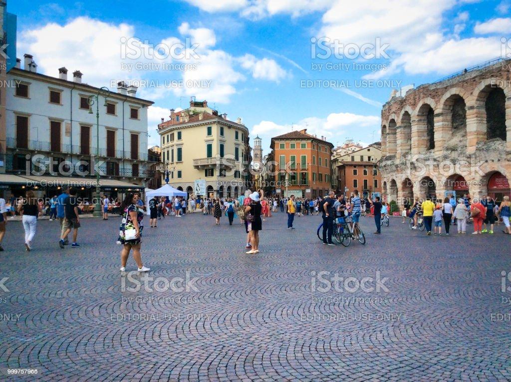 Verona, Italien: Touristen in der Arena von Verona, Piazza Bra – Foto