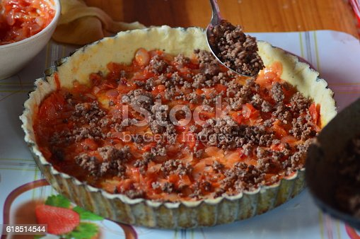 Verser la viande hachée sur la sauce tomate et la pate à pizza