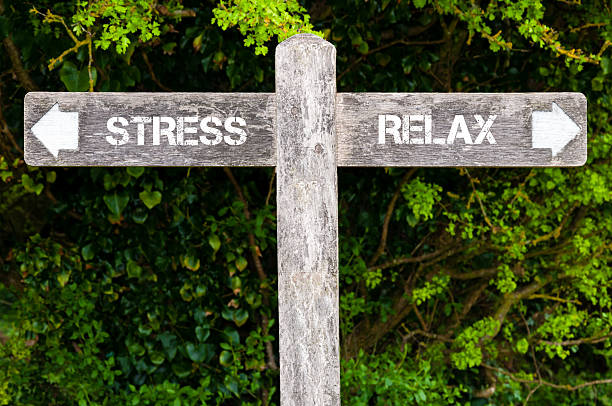 stress versus relax directional signs - 重さ ストックフォトと画像