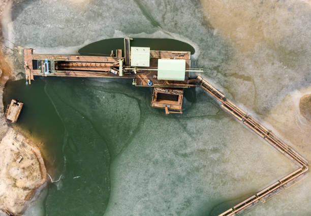 vertikale luftaufnahme von boom und saug bagger am rande der grabungsfläche zeigt sand und den damit verbundenen ausgrabung teich. - aerial view soil germany stock-fotos und bilder