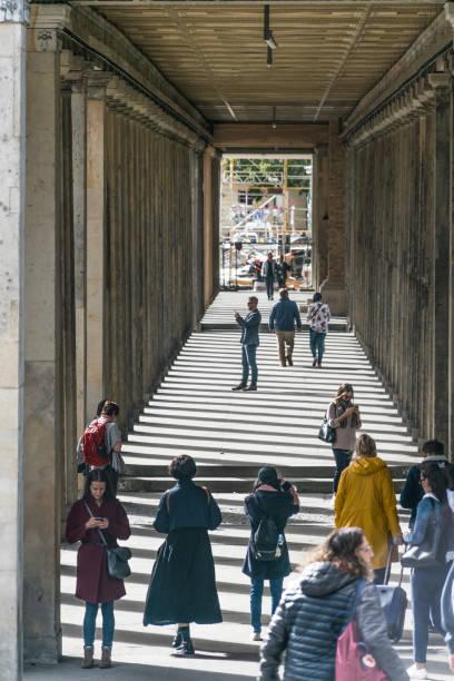 Vertikale und abwärtsgerichtete Perspektive einer Gruppe von Menschen, die im Rahmen eines Baus der Museumsinsel, einem Museumskomplex in Mitte, fotografieren – Foto