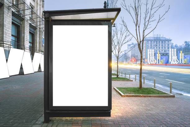 verticale leeg gloeiende billboard op de bushalte. - bushalte stockfoto's en -beelden
