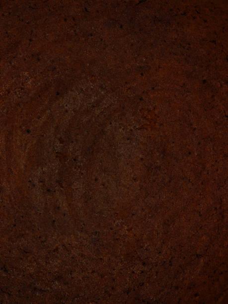 vertikale schokoladenkuchen hintergrund, dunkle textur, nahaufnahme - biskuitboden stock-fotos und bilder