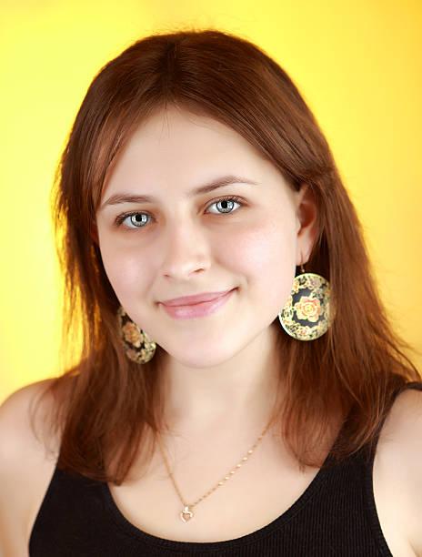 Verticale ragazza Ritratto di 17 anni di età, su sfondo giallo. - foto stock