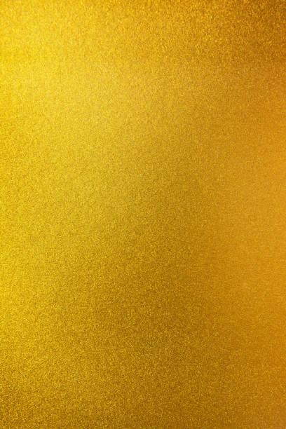vertikale goldtextur hintergrund. vertikal glatte goldtextur oberfläche - glitter farbige wände stock-fotos und bilder