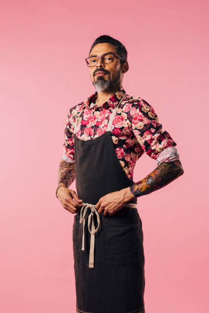 vertikale porträt der stolze chef, mit tattoos und hände auf taille - alte tattoos stock-fotos und bilder