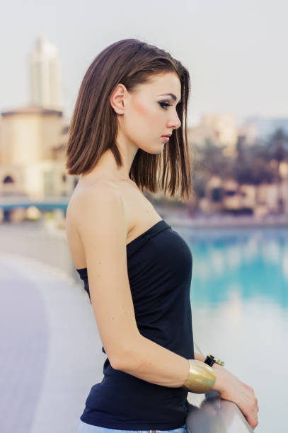vertikale porträt des jungen europäerin in schwarzer spitze - damen top gold stock-fotos und bilder