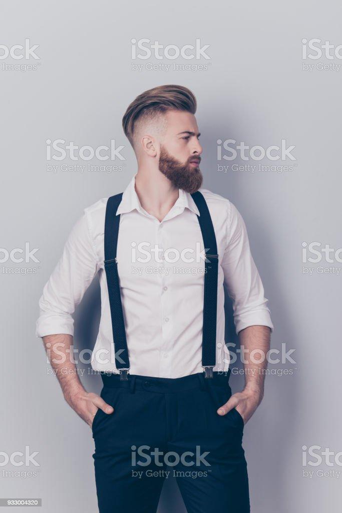 Profil vertical côté face moitié moitié decolletes portrait de sexy rêveur d'esprit attrayant sharp bien réfléchie habillé gracieux regard luxueux, garder les mains dans les poches isolées sur fond gris - Photo