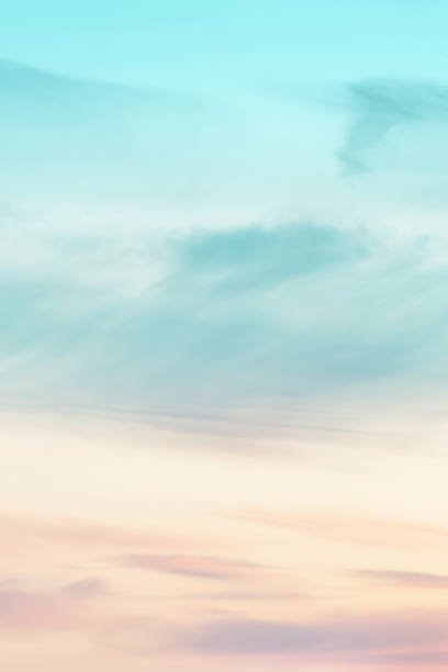 pionowy rozmiar proporcji tła zachodu słońca. niebo z miękkimi i rozmytymi pastelowymi kolorowymi chmurami. gradientowej chmury na plaży. przyroda. wschód słońca.  spokojny poranek. - niebo życie pozagrobowe zdjęcia i obrazy z banku zdjęć