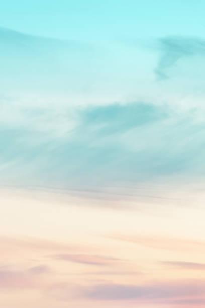 tamaño de la relación vertical del fondo de la puesta de sol. cielo con suaves y borrosas nubes de color pastel. nube de gradiente en el complejo de playa. naturaleza. amanecer.  mañana tranquila. - summer background fotografías e imágenes de stock