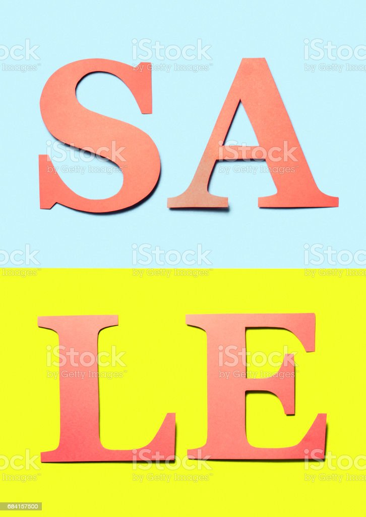 Vertical sale sign. Red orange letters cut from cardboard paper on light blue and yellow background. Colourful craft banner for marketing a special offer campaign. Vibrant summer design for business. foto stock royalty-free