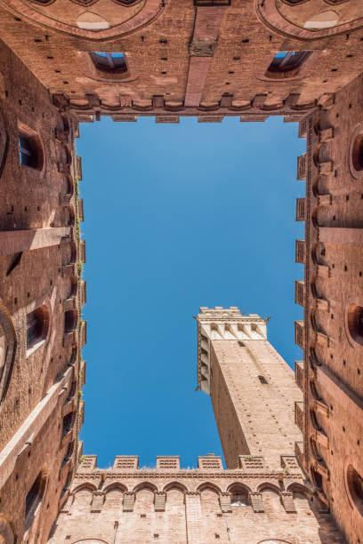 Vertikale Stempel von Siena aus im Inneren des Palazzo Comunale und der Torre del Mangia – Foto